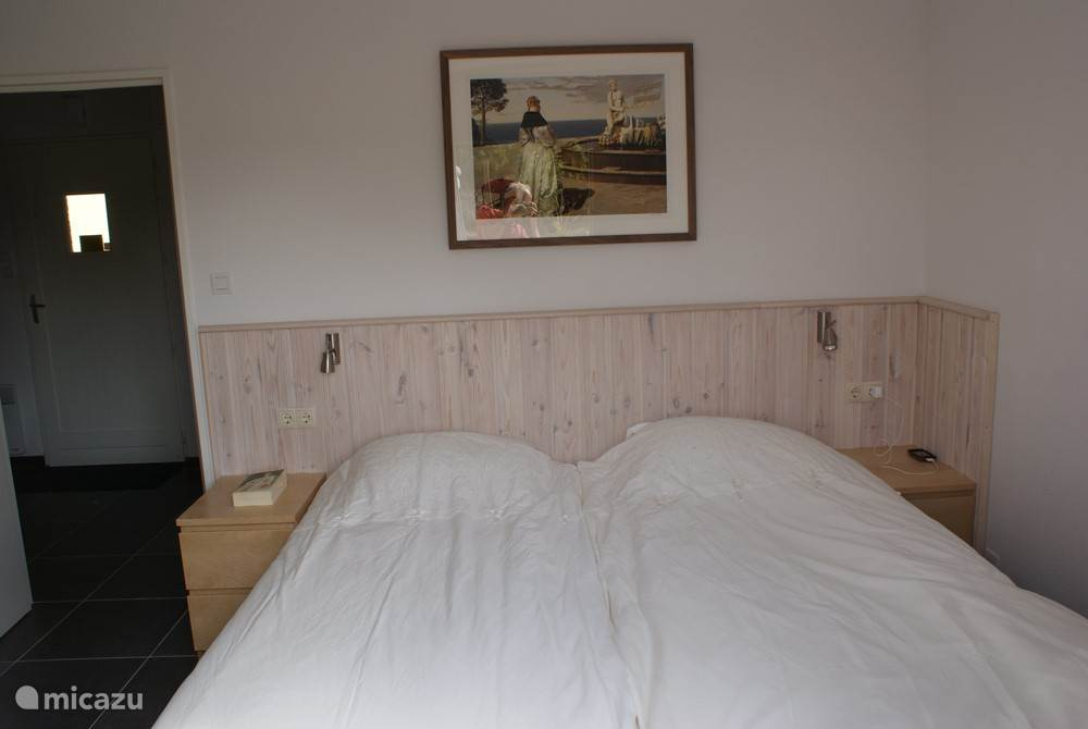 Ground floor bedroom with 2 boxspring beds 90x200 cm