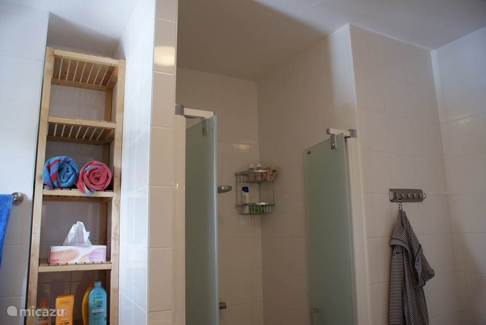 Badkamer begane grond: dubbele wastafel, ligbad inloop douche, handdoekradiator