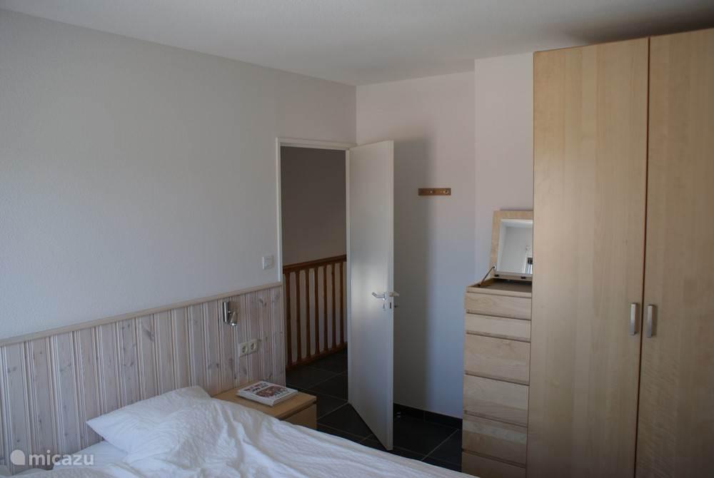 Slaapkamer 1e verdieping met 2 boxspringbedden van 90x 200 cm