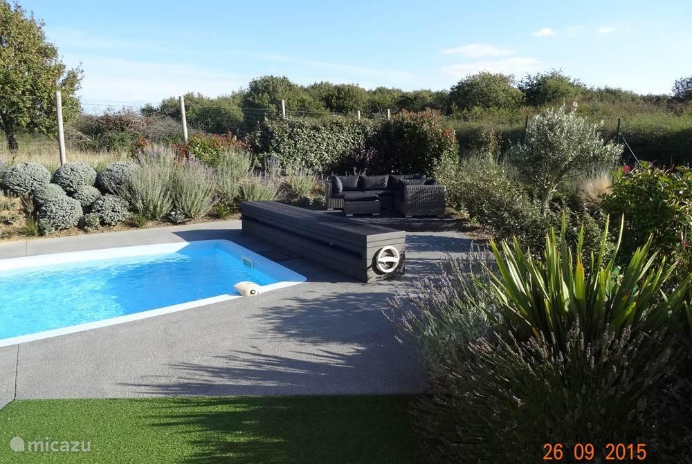 Luxe loungehoek bij het zwembad.