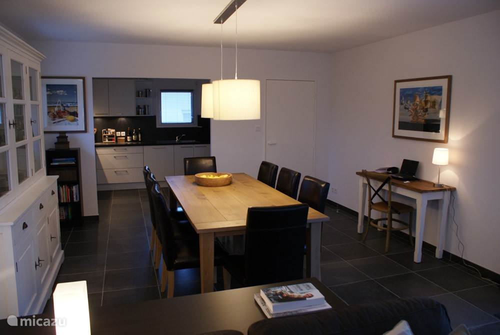 Dining table for 8 people and an open kitchen where nothing is missing.