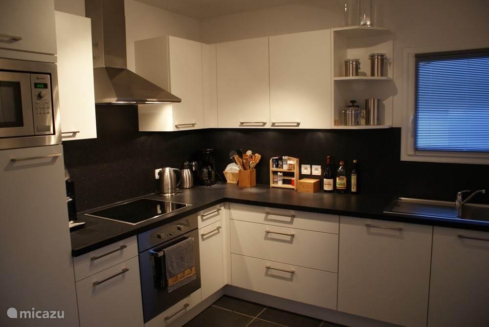 Luxe open keuken waar niets ontbreekt.