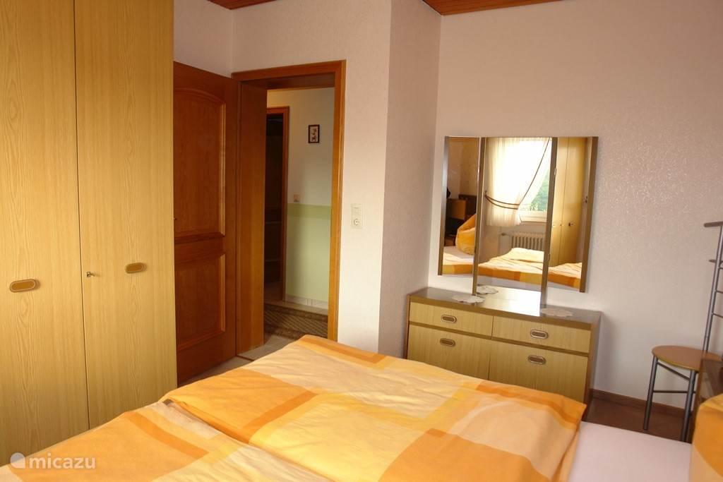 Slaapkamer 1 met ruime kledingkast