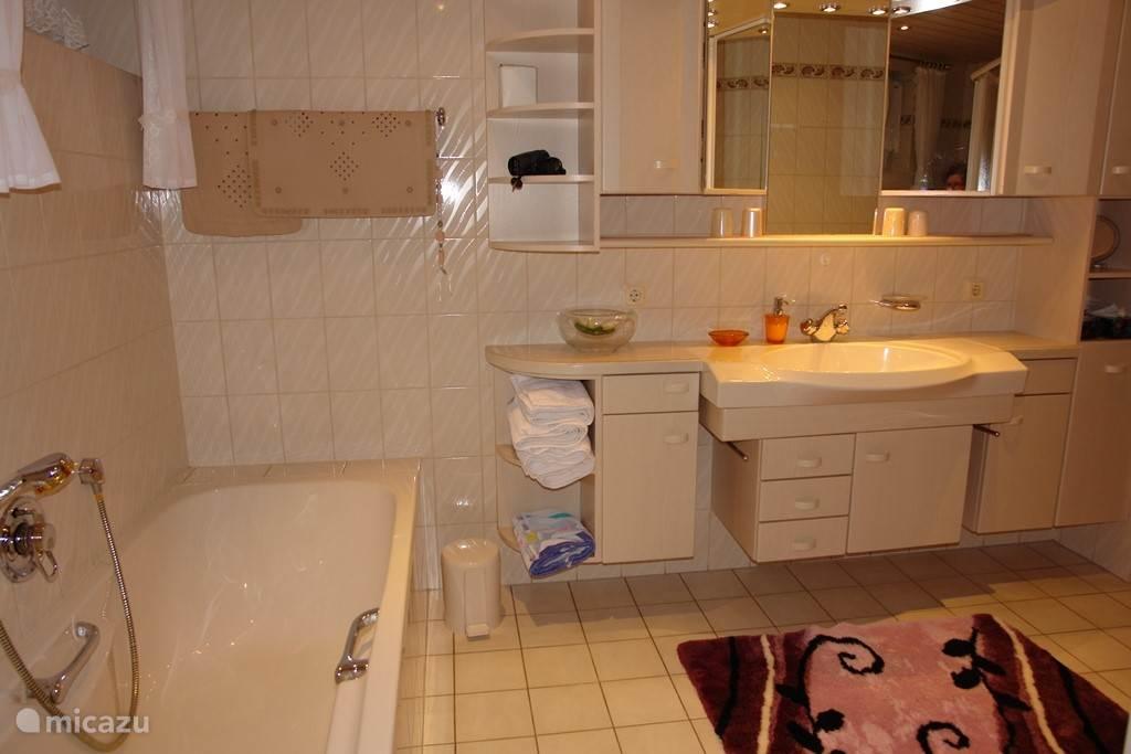 Fraaie moderne badkamer met ligbad en seperate douche cabine
