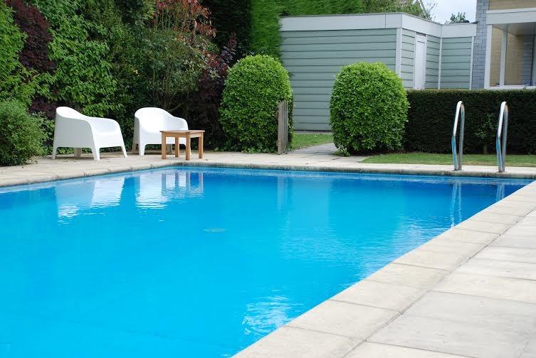 Vakantievilla voor 10 p. in Zeeland met prive-zwembad, op loopafstand strand, nog beschikbaar van 25 aug.-1 sept. nu last minute 1 week voor € 1.250,=