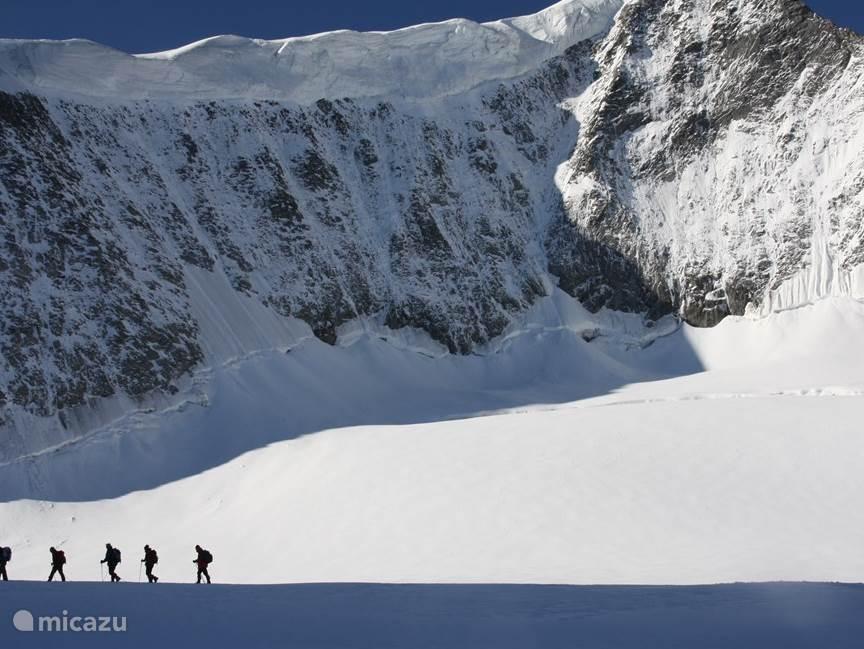 Een tour met gids en overnachting naar de top van Oostenrijks een na hoogste berg de Grossvenediger. Deze belevenis blijft je je hele bij! Start van de tour is een dorp verder op-