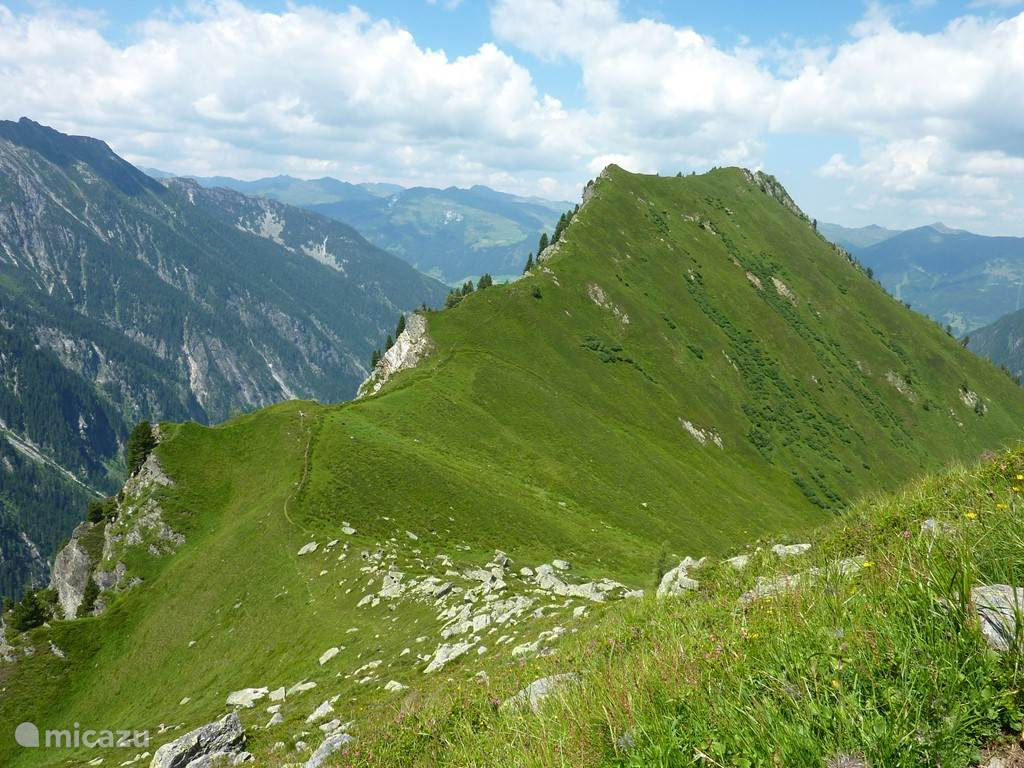 Over de bergkam van het nabij gelegen Obersulzachtal naar het Untersulzachtal in de zomer