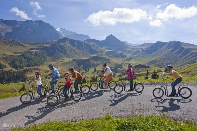 Adelboden staat bekend om het Trottinet. In de zomer kun je op een speciale step verschillende afdalingen maken.