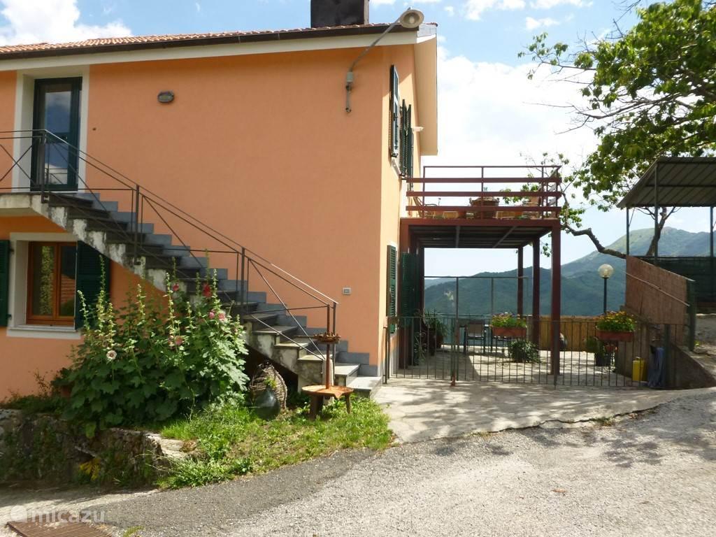 Het laatste huis: UltimaCasa de trap met de entree van app. Mauro App. Francesca is op de begane grond