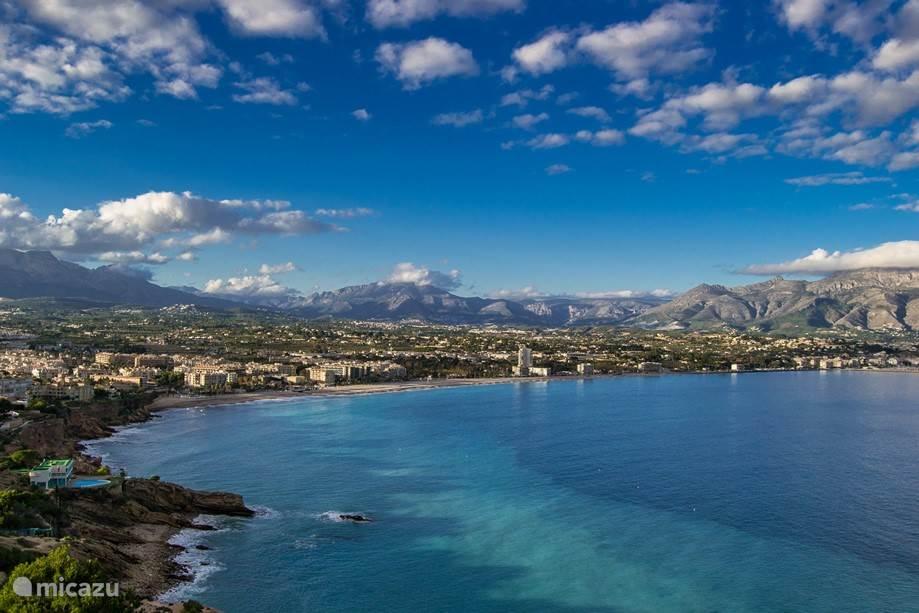 Een overzicht van de baai van Albir als u richting el Faro (de vuurtoren) loopt.