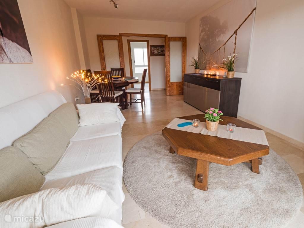 De woonkamer met HD TV en gratis WiFi.