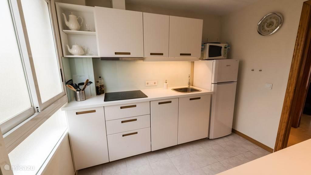 De keuken met alle toebehoren. Combi microwave, vaatwas machine etc.