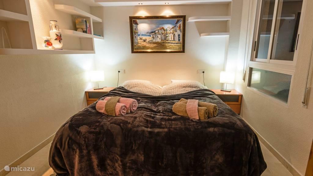 Slaapkamer 1, met uitzicht op het zwembad. 2 Box spring matrassen voor een heerlijke nachtrust en een grote kast voor de kleding.