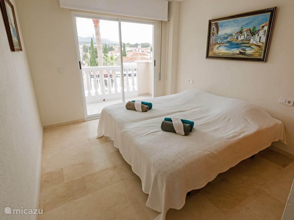 Slaapkamer 2 met balkon. Kast voor de kleding. Echt Spaans ingericht.
