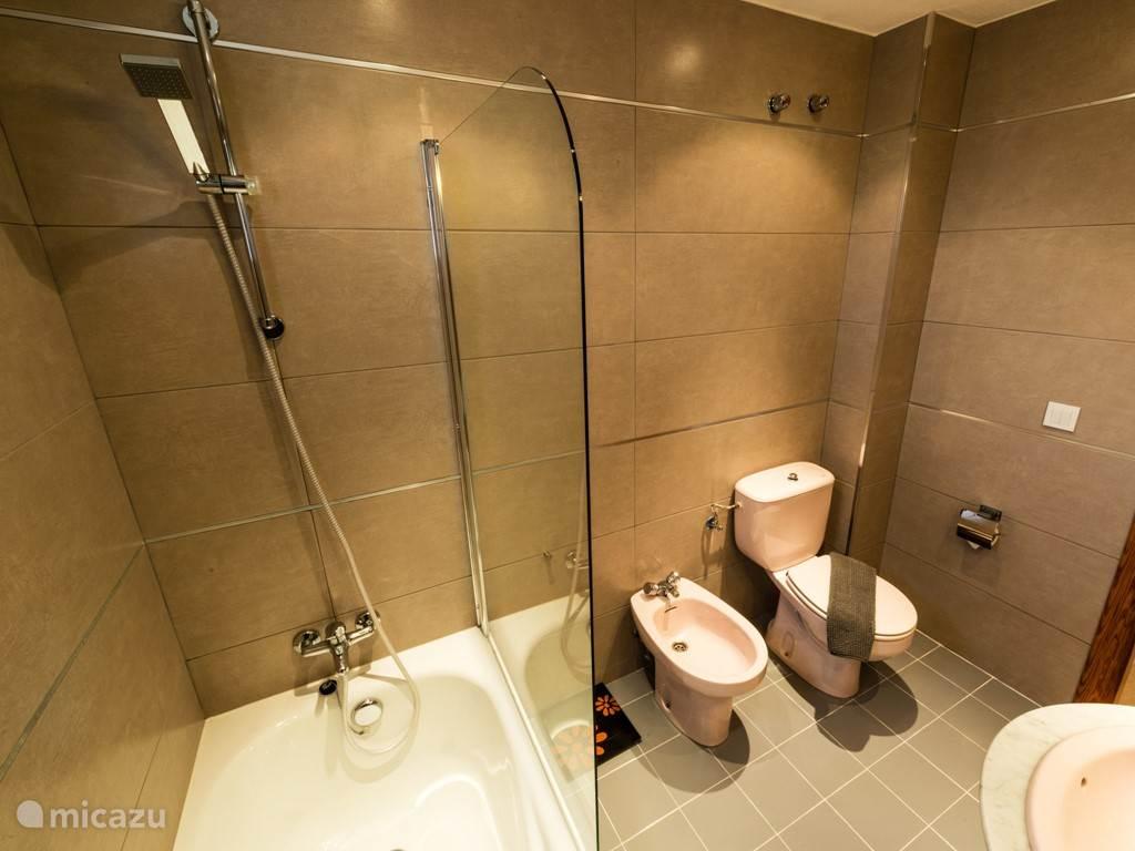 Badkamer 1 met heerlijk ligbad, bidet, toilet en typisch spaanse wastafel. Heerlijke badkamer.