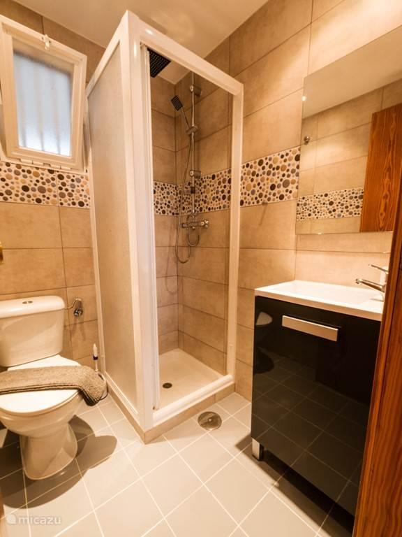 Badkamer 2 met een overheerlijke extra douchekop en toilet.
