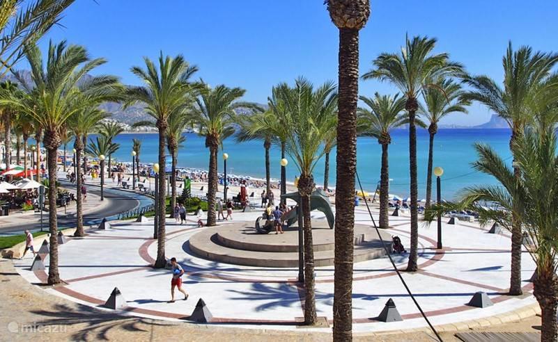 De boulevard van Albir vol met terrasjes en restaurants.