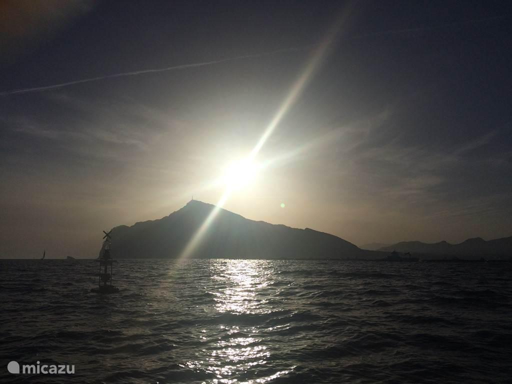 Ondergaande zon vanaf de boot.