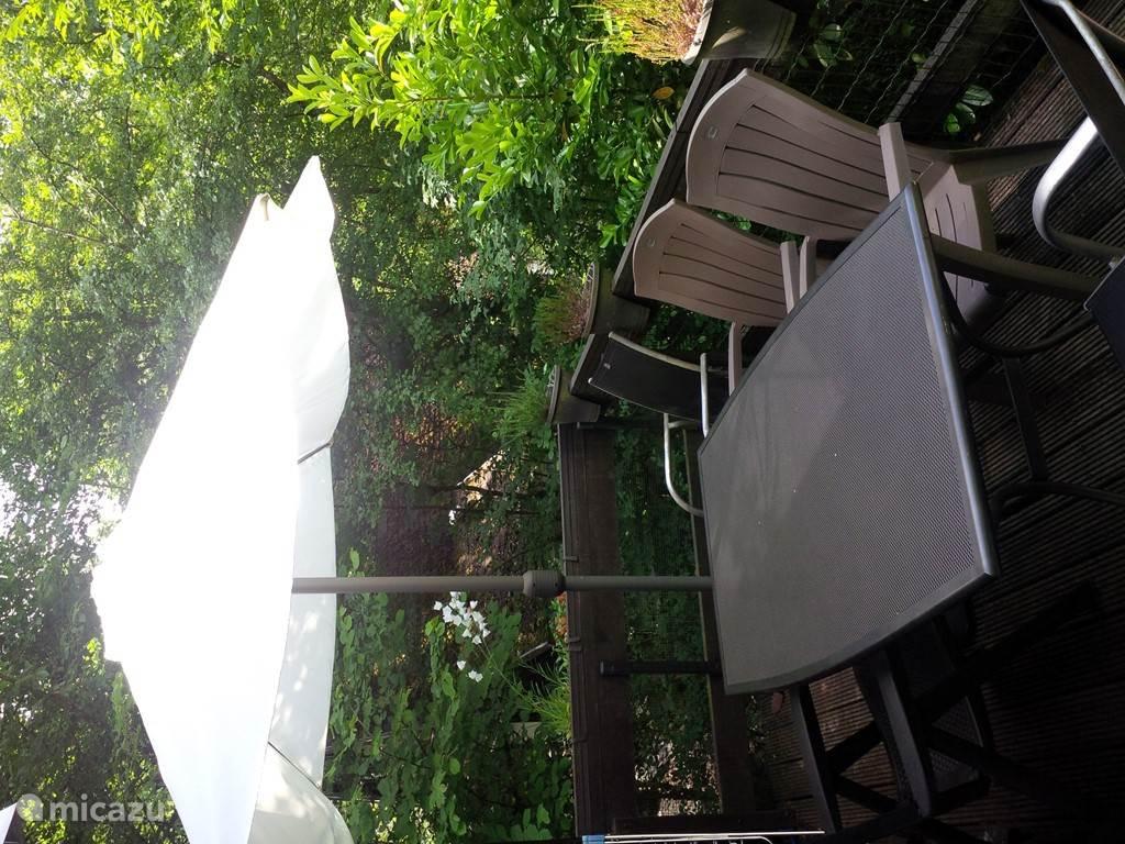 Ruim en zonnig terras met tuinmeubilair om te genieten van de natuur.