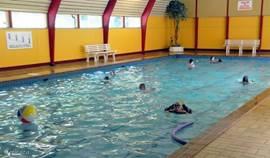 Overdekt zwembad met kinderbad