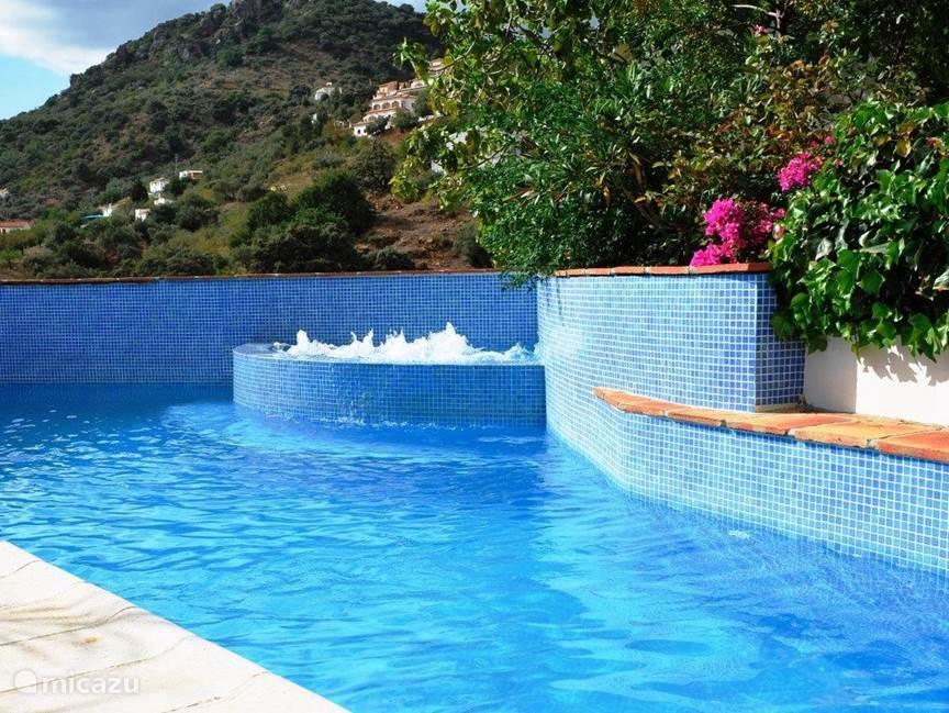 Zwembad met whirlpool