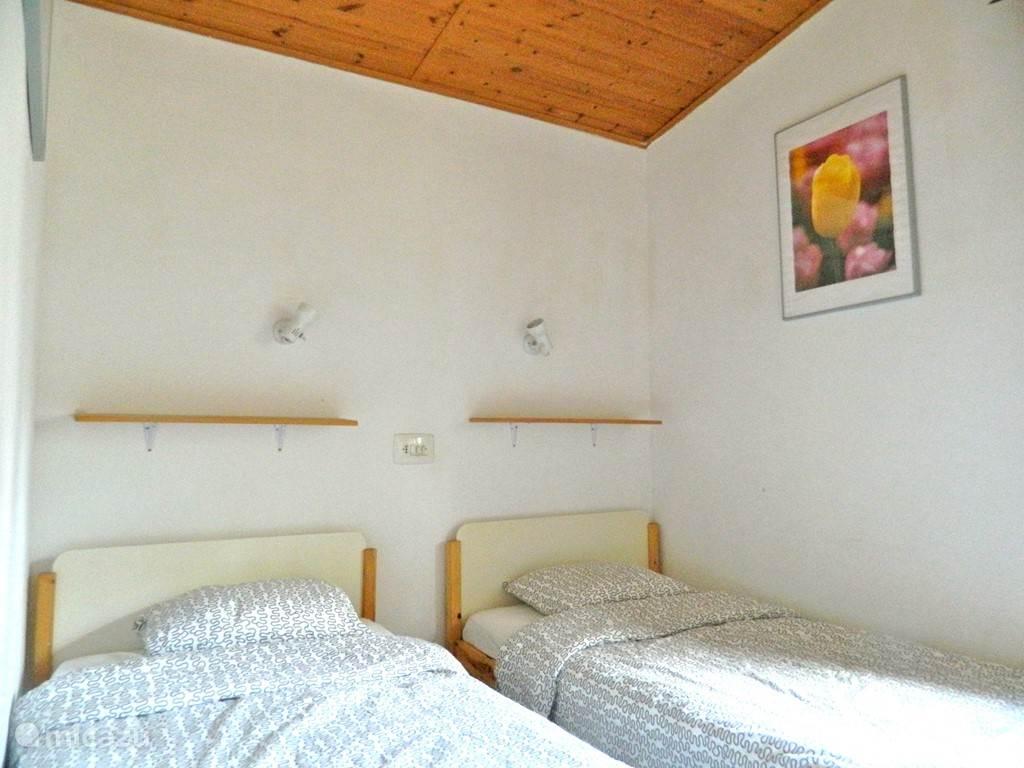 Kleine slaapkamer met 2 1-persoonsbedden