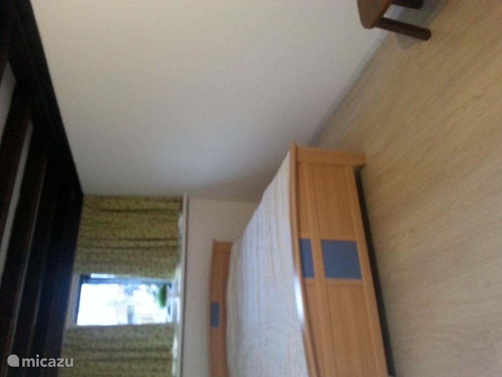 1e slaapkamer met 2-persoons bed