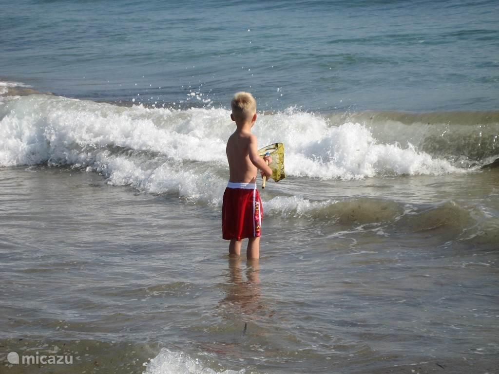 Heerlijk spelen in de golven
