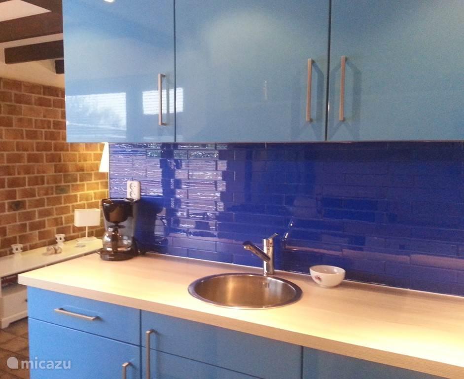Nieuwe keuken met wasmachine, magnetron, koelkast
