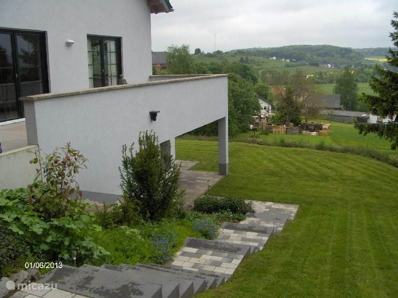 Balkon met mooi panorama. Ook onder het balkon is een terras met gazon.