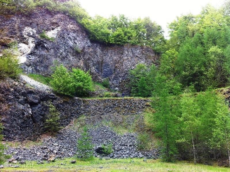 Vulkaankrater Arensberg, korte wandeling en bezichtiging.