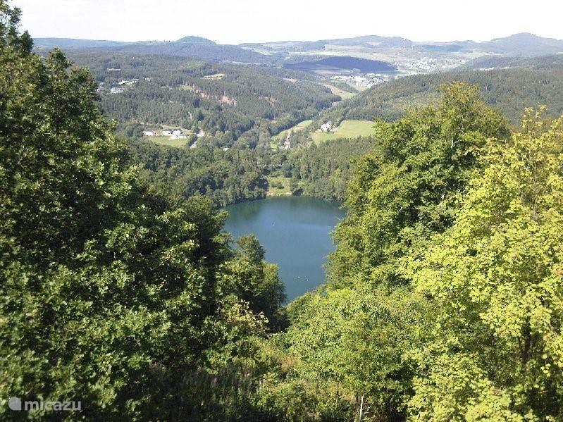 De Eifel staat bekend om zijn blauwe meren. Vulkaan gebied. Wandelen Geopfad, fietsen Eifelsteig en beklimming Munterley.