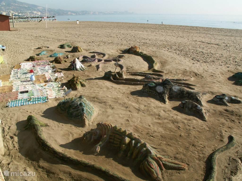 zandsculpturen langs het strand