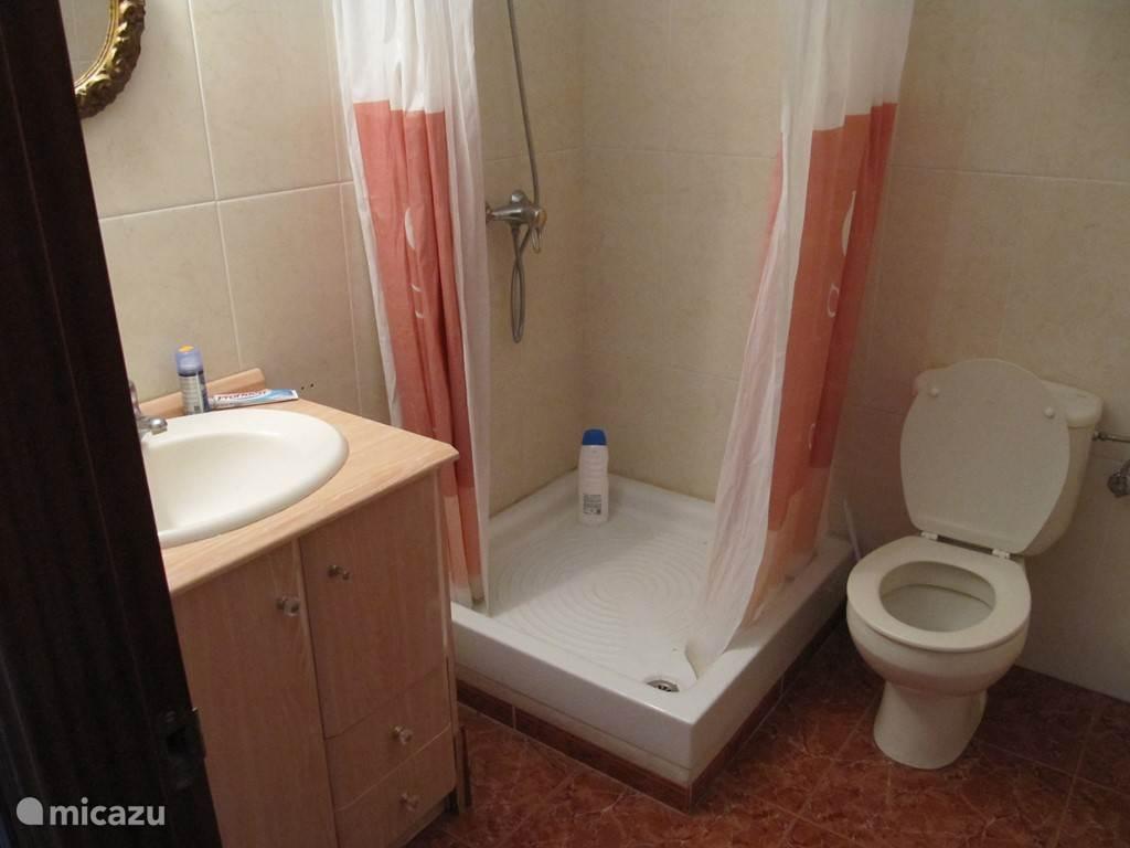 onze toilet ruimte met mooie douche en toilet