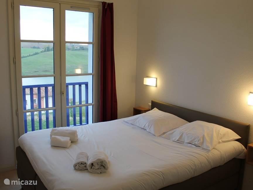 Slaapkamers met comfortabele bedden die opgemaakt zijn bij aankomst.