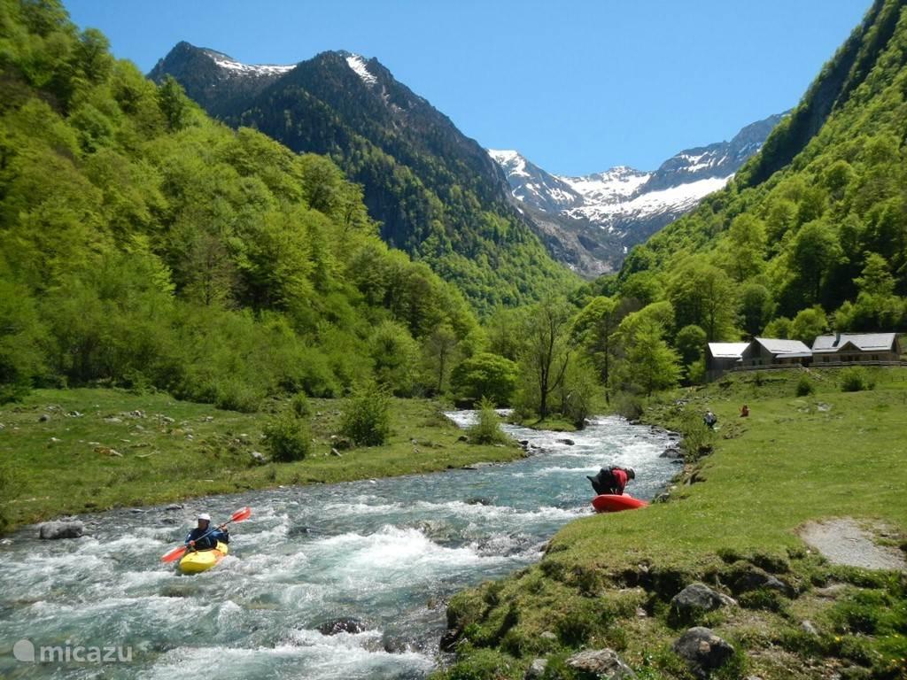Kanovaren op wilde of rustige rivieren.