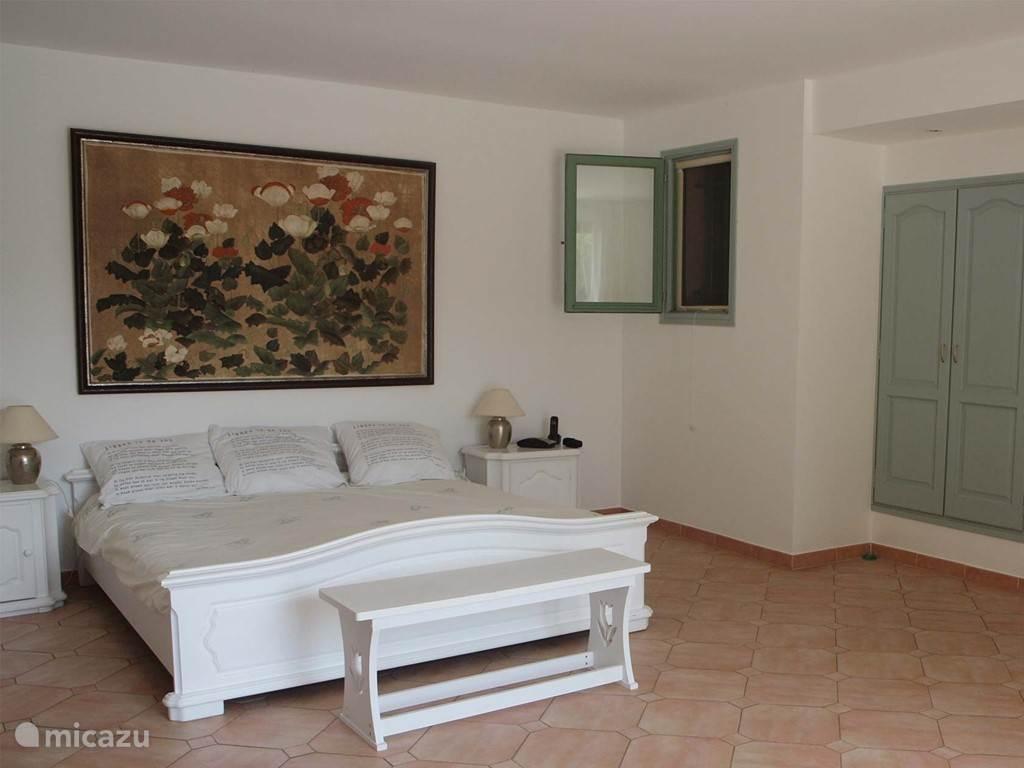 Hoofdslaapkamer 1 met aangrenzende badkamer
