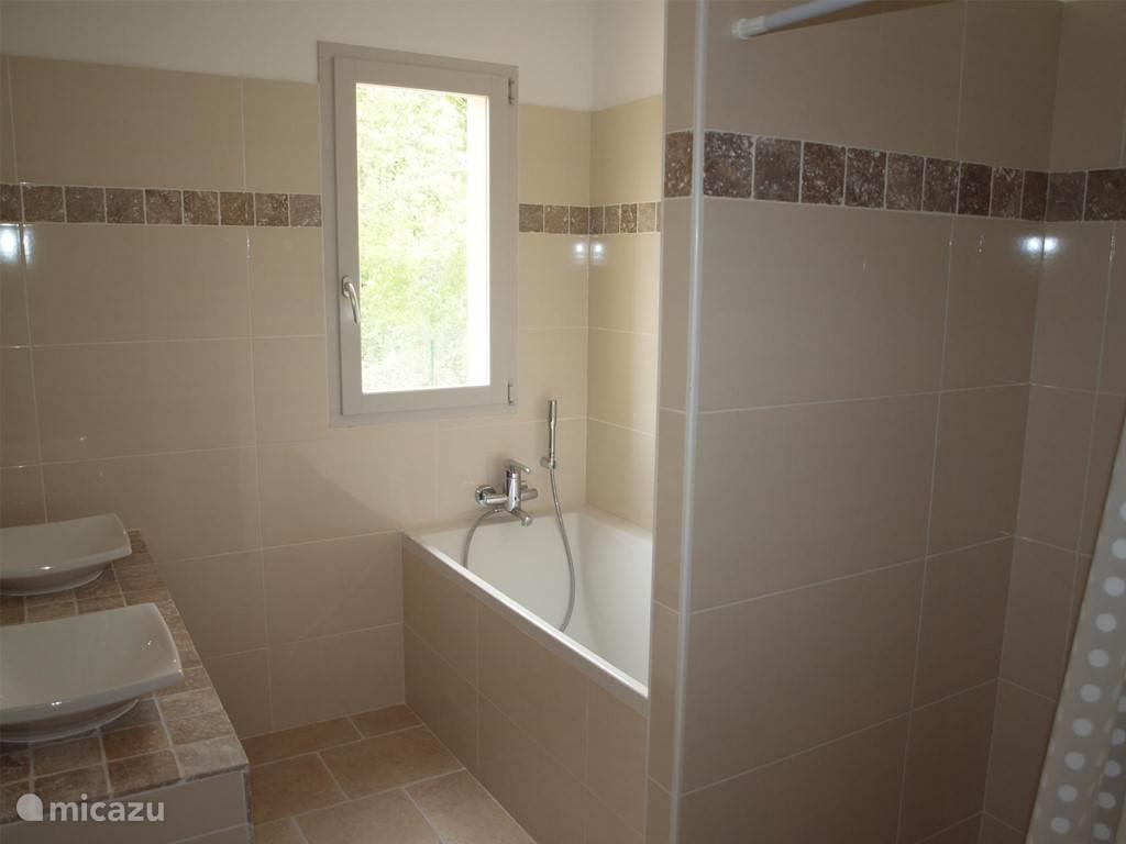 Badkamer 1 met bad, douche en dubbele wastafel