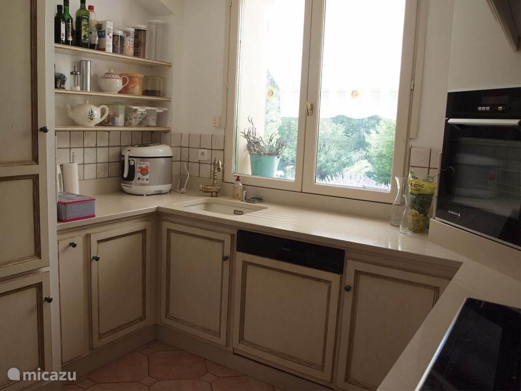 Keuken voorzien van apparatuur