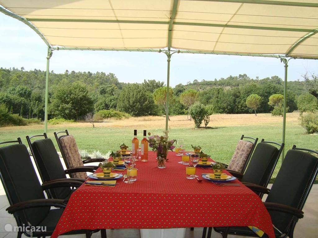 Dineren op het overdekte terras