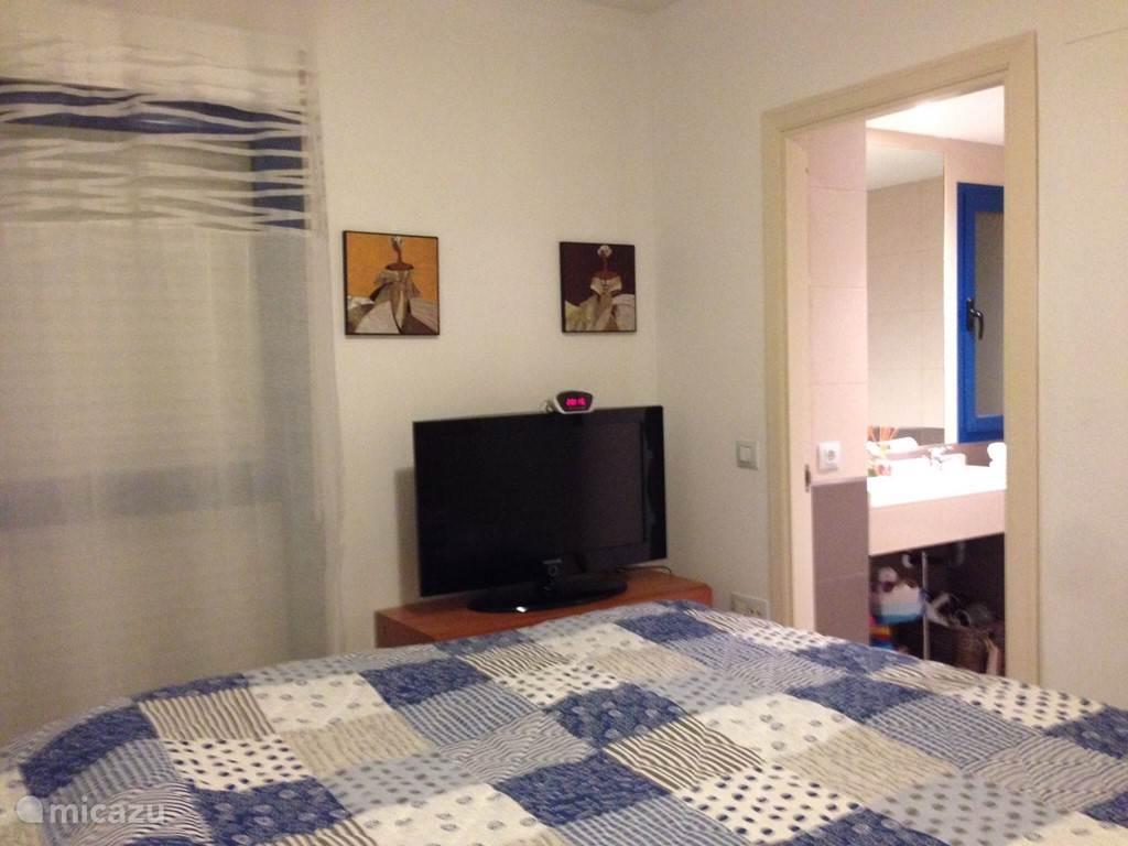 Slaapkamer met eigen badkamer.