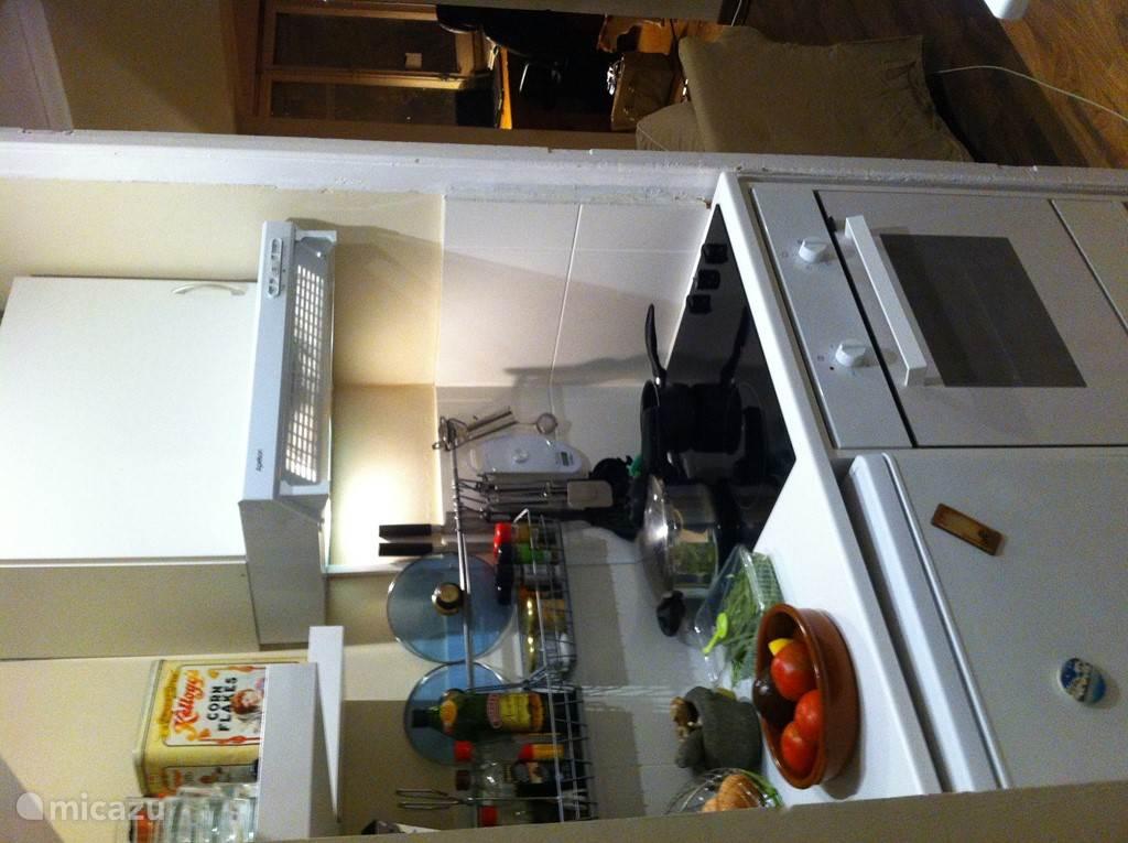 Kleine maar voledige keuken met oven.