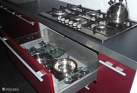 De keuken met vaatwasser en alle keukengerij