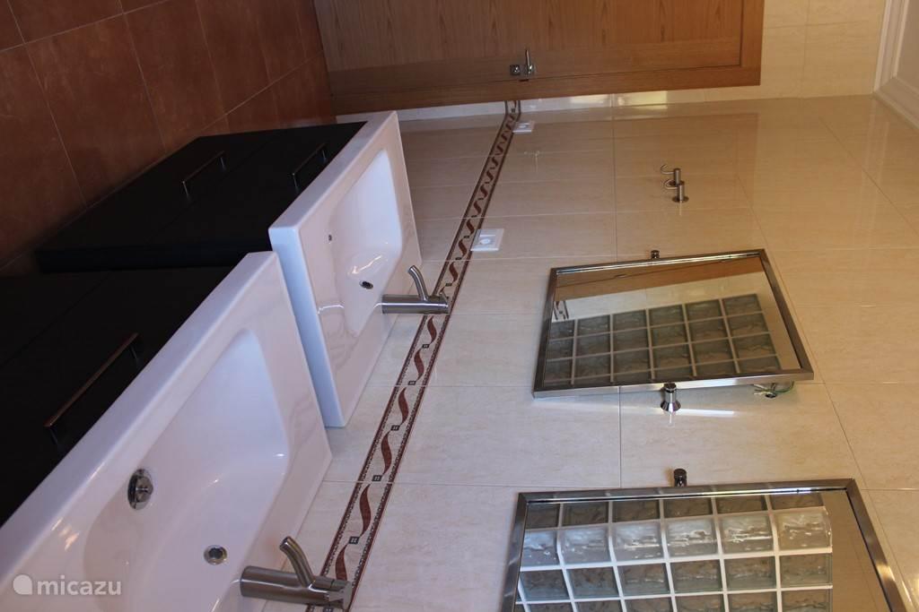 De 2 badkamers zijn modern ingericht.