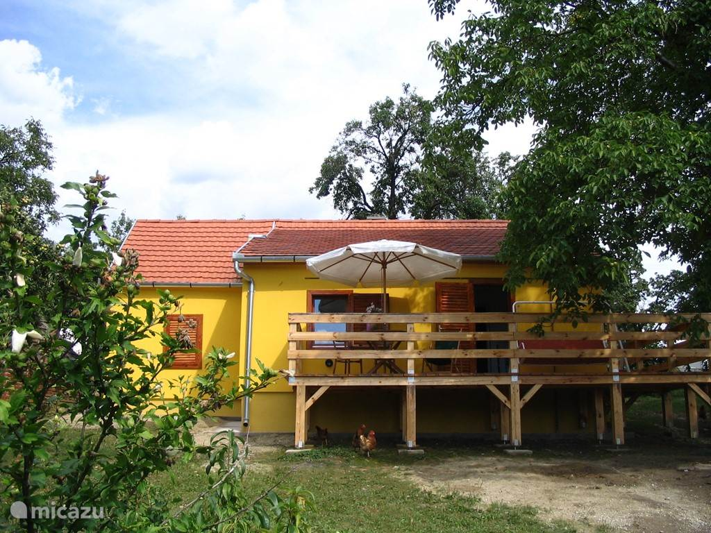 Buitenaanzicht van het huisje (vanuit onderaan de tuin gezien)