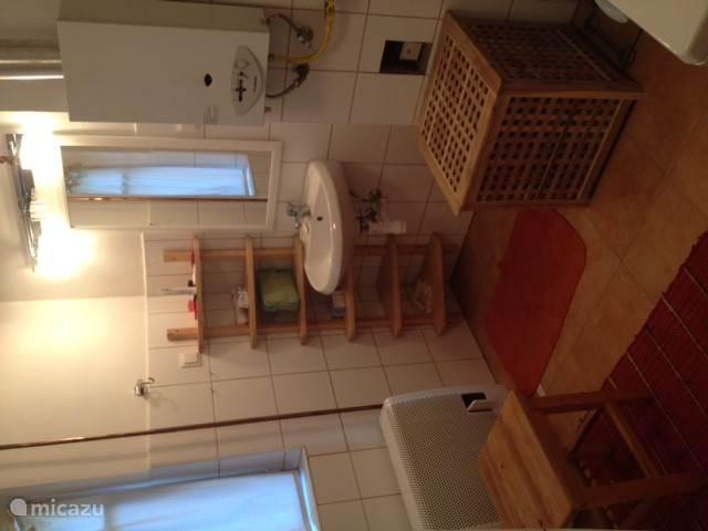 Badkamer met wastafel.