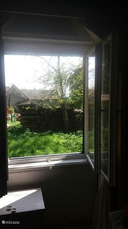 Uitzicht vanuit raam van huiskamer.