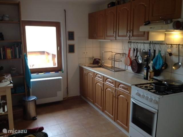 Keuken, aanrecht, raam naar balkon.