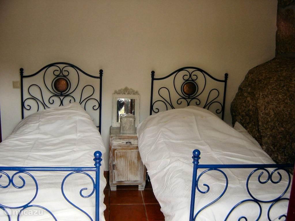 Slaapkamer met twee eenpersoons bedden
