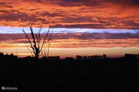 zonsondergang voorzijde tuin